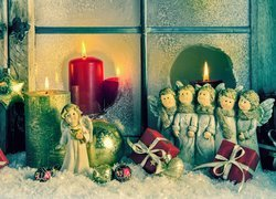 Kompozycja, Świąteczna, Aniołki, Świece, Bombki, Prezenty, Okno, Śnieg, Boże Narodzenie